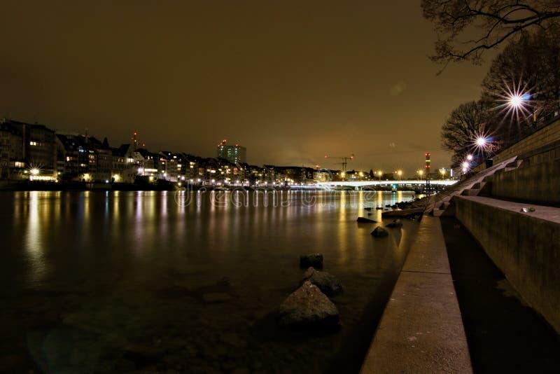 O rio na cidade Basileia na noite foto de stock royalty free
