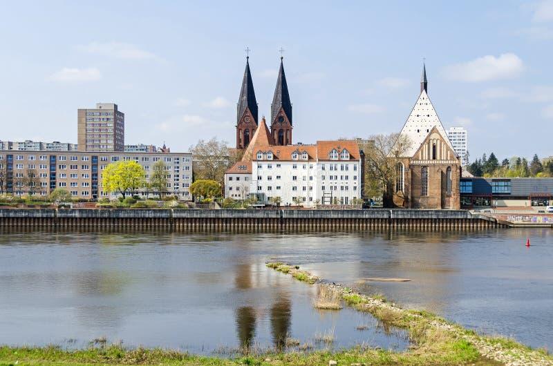 O Rio Oder com a igreja Friedenskirche e a sala de concertos de Bach em Francoforte Oder imagens de stock royalty free