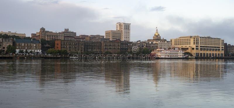 O rio reflete construções e arquitetura de Savannah Georgi fotografia de stock