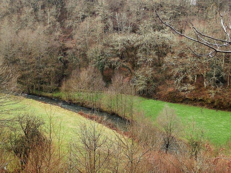 O rio segue a maneira de St James Na Espanha noroeste de Galiza foto de stock