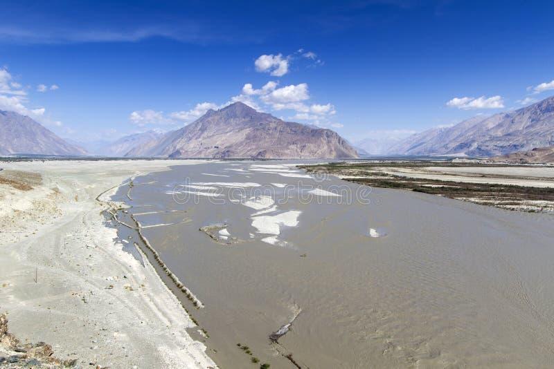 O rio Shyoka nas montanhas de Ladakh fotografia de stock royalty free