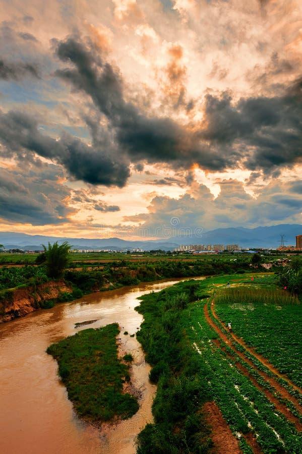 O rio sob as nuvens da cor fotos de stock royalty free