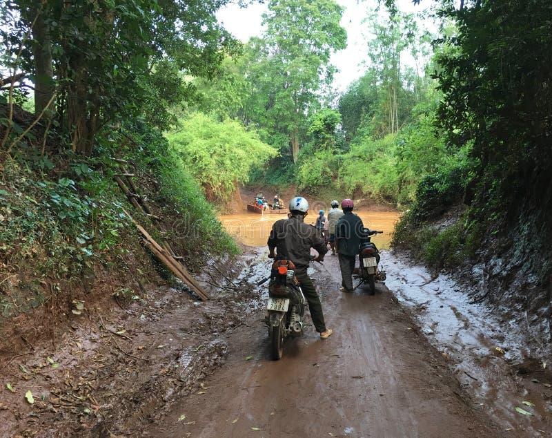 O rio transversal dos povos ferry à mão na selva de Vietname fotografia de stock