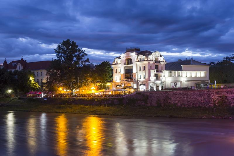 O rio Uzh e o teatro esquadram, Uzhgorod, Ucrânia fotografia de stock