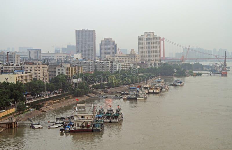 O Rio Yangtzé e doca em Wuhan imagens de stock royalty free