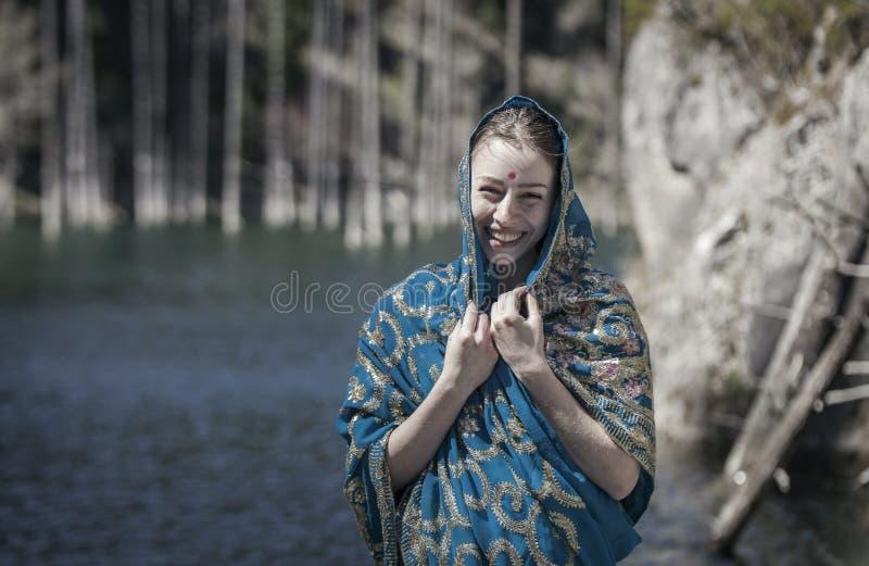 O riso e as poses da menina no sari indiano fotos de stock