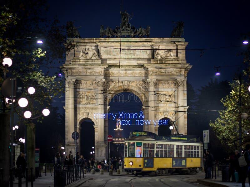 O ritmo do della de Arco de Milão com uma mensagem do Natal imagens de stock