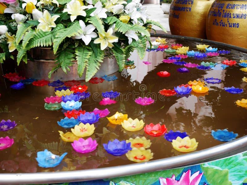 O ritual que reza a vela colorida que flutua na água para reza buddha fotografia de stock