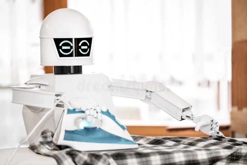O robô autônomo do serviço está passando fotografia de stock