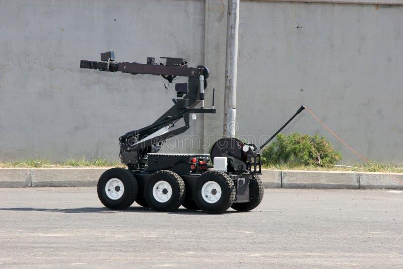 O robô da eliminação de bomba desarma uma bomba dentro de um carro dos terroristas na cidade de Sófia, Bulgária em setembro, 11,  fotos de stock