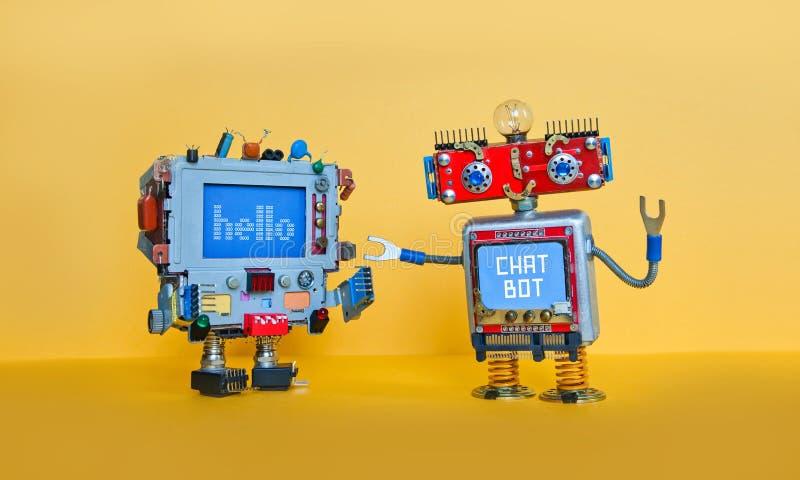 O robô do bot do bate-papo dá boas-vindas ao caráter robótico do androide Brinquedos criativos do projeto no fundo amarelo imagem de stock royalty free