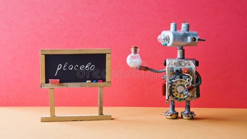 O robô do médico do conceito do efeito do placebo droga o tubo, quadro preto com placebo escrito à mão da palavra Assoalho cor-de imagem de stock