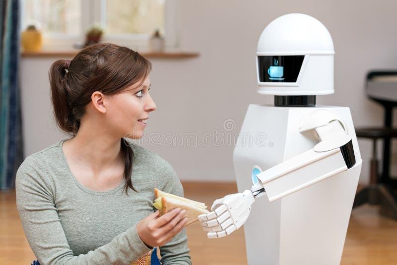 O robô do serviço está dando um sanduíche foto de stock
