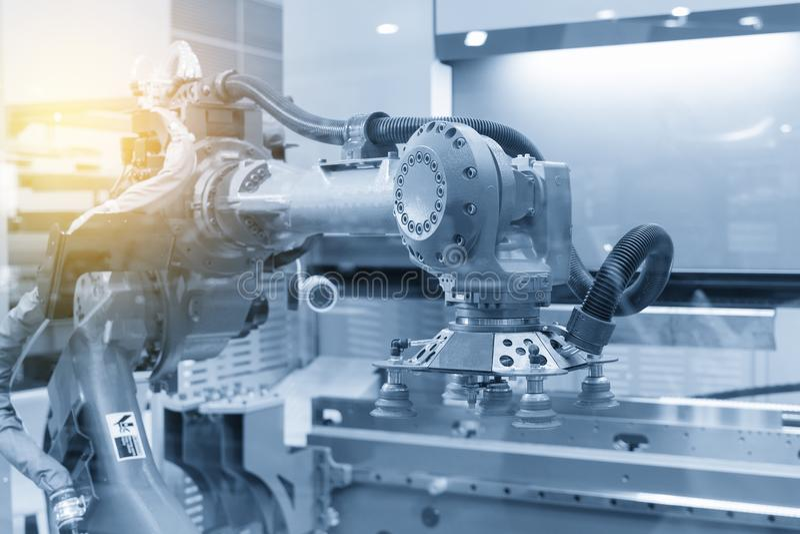 O robô para o metal que forma o processo na luz - cena azul imagem de stock royalty free
