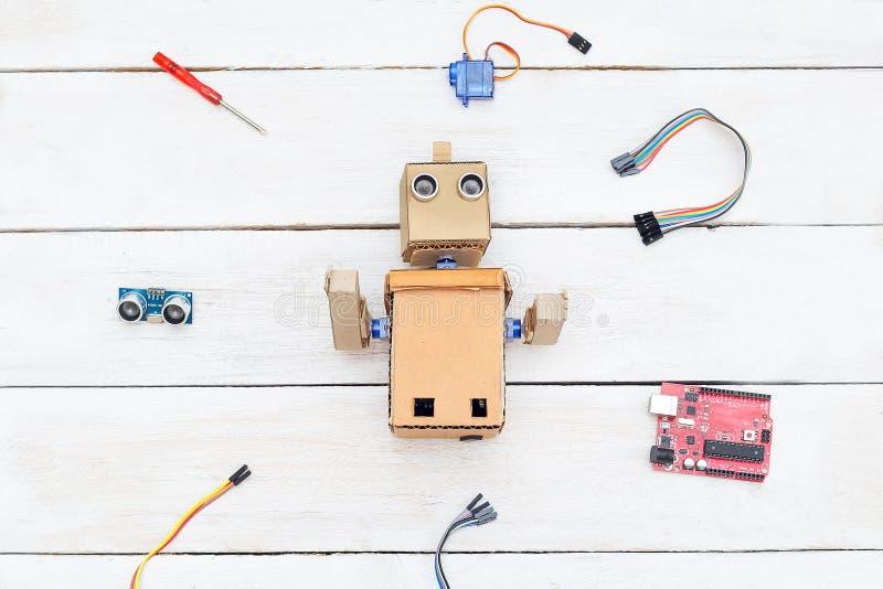 O robô é no centro, em torno dos elementos para montar t imagem de stock