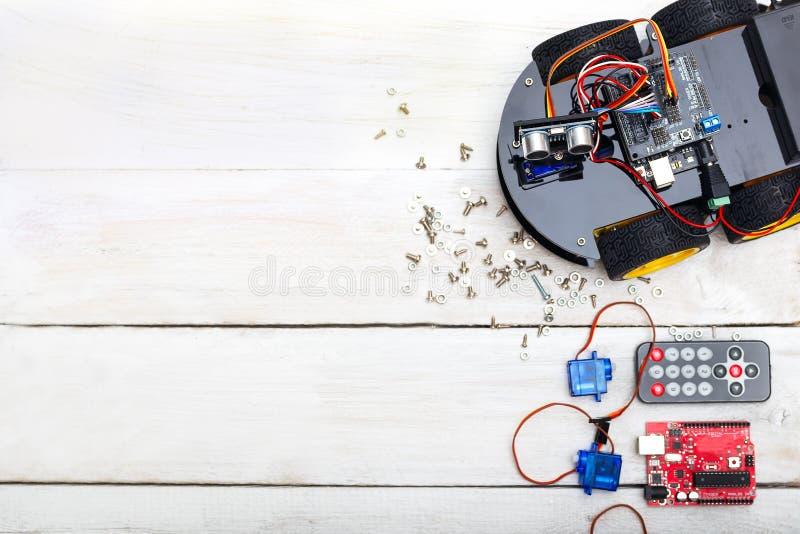 O robô e os elementos necessários para construir o robô PWB, servo foto de stock royalty free