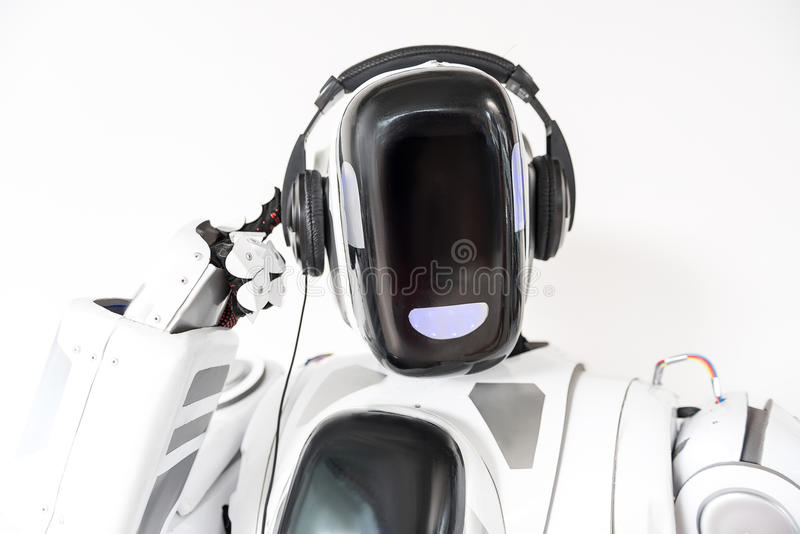 O robô grande agradável está vestindo o fones de ouvido fotografia de stock