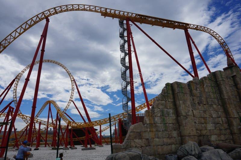 O roller coaster do parque de diversões imagens de stock