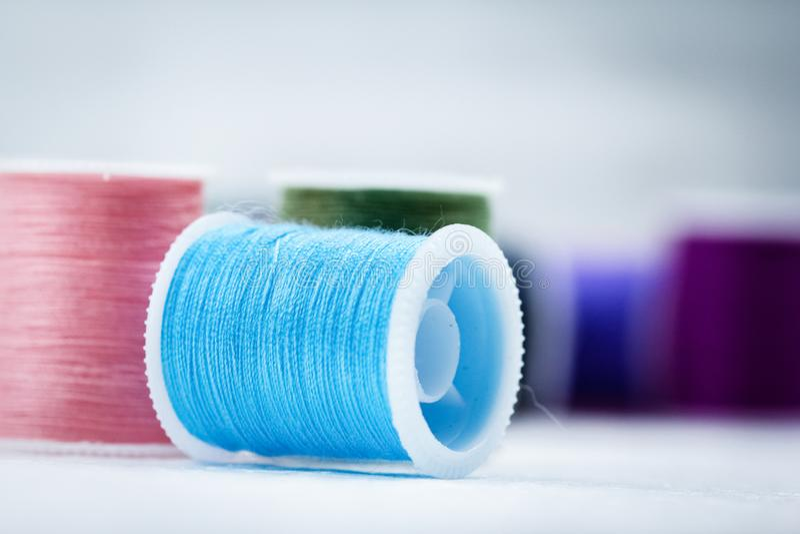 O rolo da linha no fundo, textura da mostra de claro - linha azul da cor fotos de stock