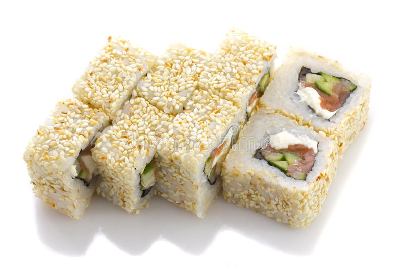 O rolo de sushi com queijo e os vegetais salmon rolou no sésamo isolado imagem de stock royalty free