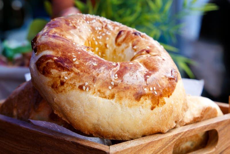 O rolo fresco da padaria encontra-se em uma pálete de madeira em antecipação aos compradores Close-up foto de stock