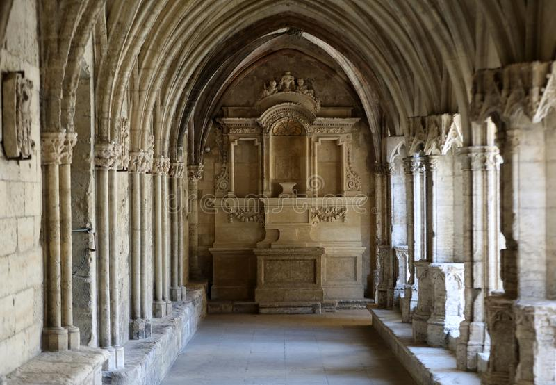 O românico enclausura a igreja da catedral de Trophime de Saint em Arles Provence, foto de stock