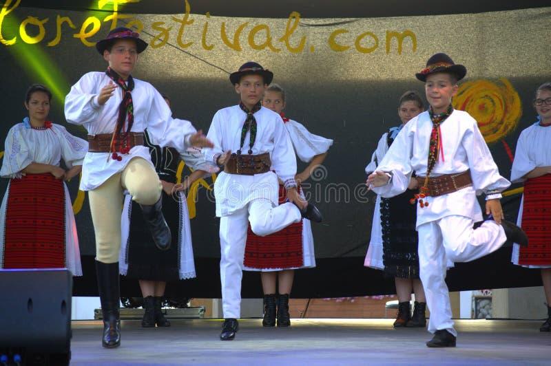 O Romanian caçoa o desempenho da fase da dança do folclore imagens de stock royalty free