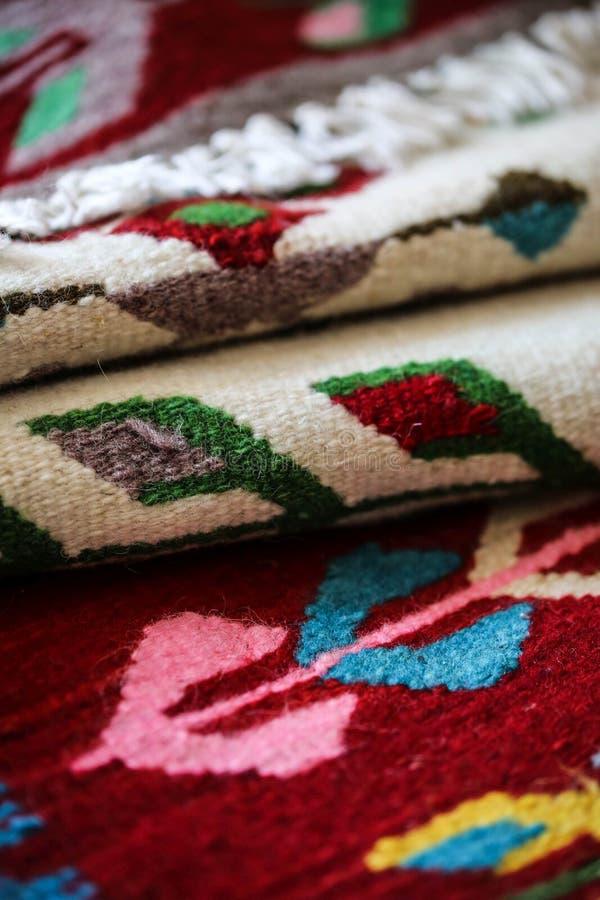 O Romanian handcraft o tapete de lãs fotos de stock