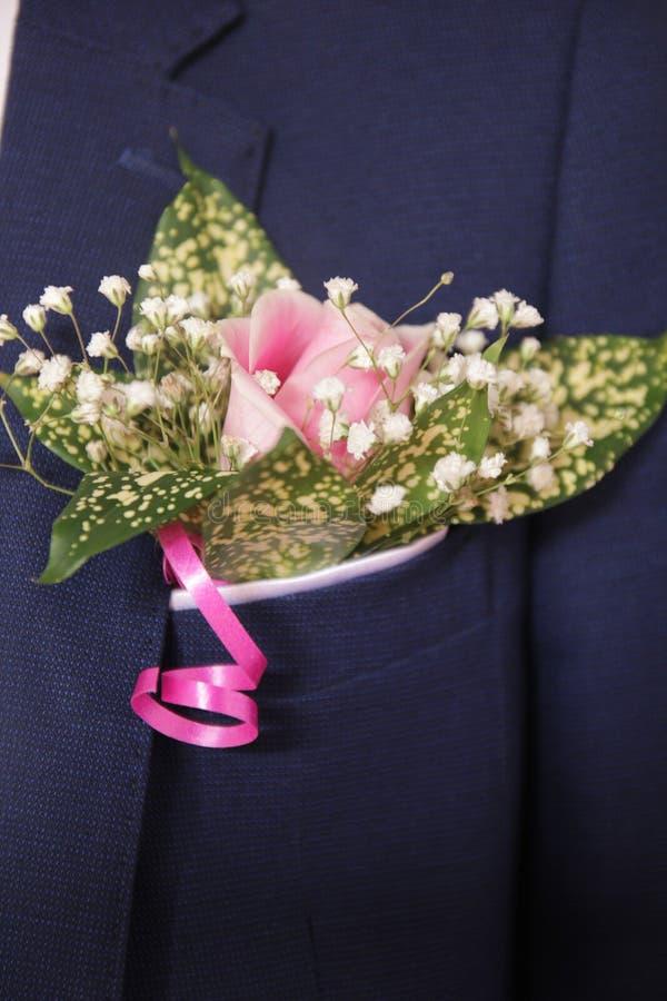 O rosa bonito e colorido aumentou flores do casamento para o noivo no casamento imagem de stock