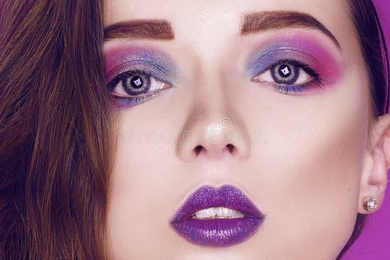 O rosa criativo e o azul da mulher do modelo de forma comp?em Retrato da arte da beleza da menina bonita com composi??o abstrata  imagem de stock