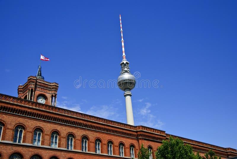 O Rotes Rathaus e Fernsehturm, Berlim Alemanha imagem de stock royalty free