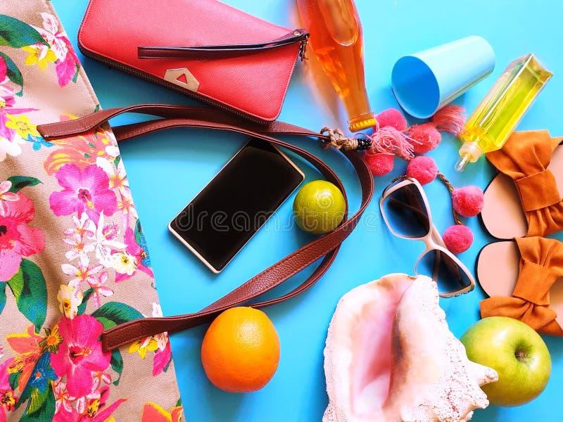 O roupa de banho da roupa das mulheres pelo tempo livre do leisuare das férias de verão relaxa o abrandamento foto de stock