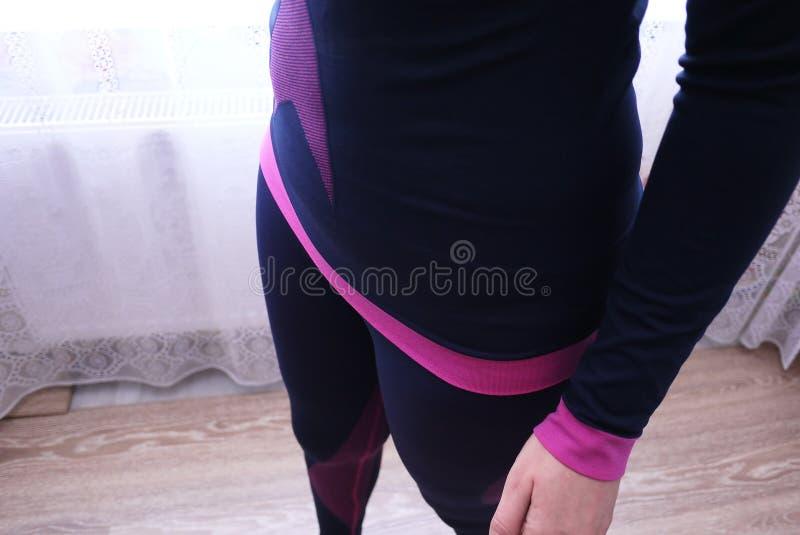 O roupa interior térmico das mulheres, tela bonita, cabe o corpo e a caixa foto de stock royalty free
