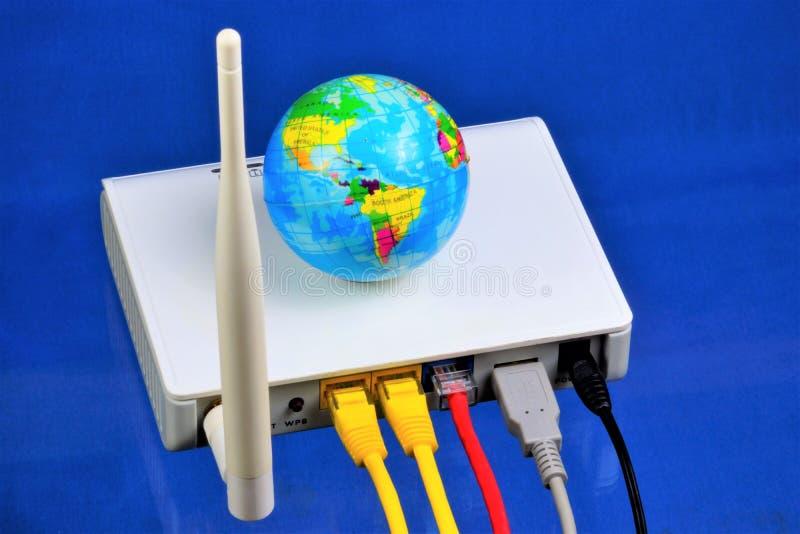 O router - conexão a Internet, o world wide web Router — dispositivo da rede para o acesso à internet e para a rede corporativa foto de stock