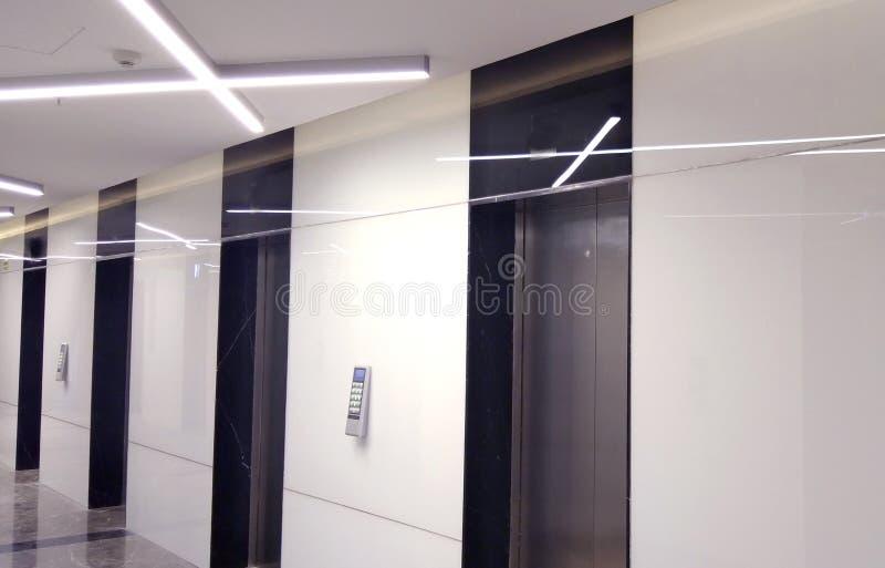 O rowof dos elevadores o complexo comercial fotografia de stock
