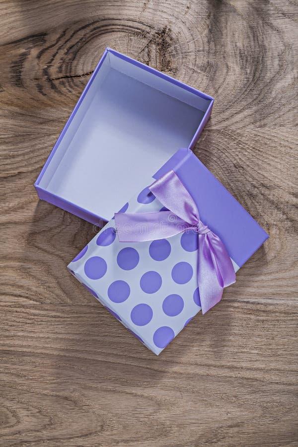 O roxo abriu a caixa atual com a fita no celebratio da placa de madeira foto de stock royalty free