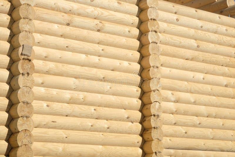 O Rt da parede rural grande da casa construída de marrom arenoso alisa logs pesados de planeamento do pinho imagem de stock