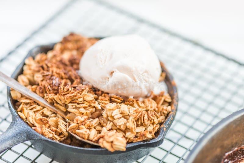 O ruibarbo cozinhado caseiro e a maçã desintegram-se com farinha de aveia e vanil foto de stock