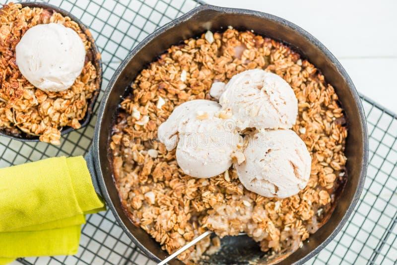 O ruibarbo cozinhado caseiro e a maçã desintegram-se com farinha de aveia e vanil foto de stock royalty free