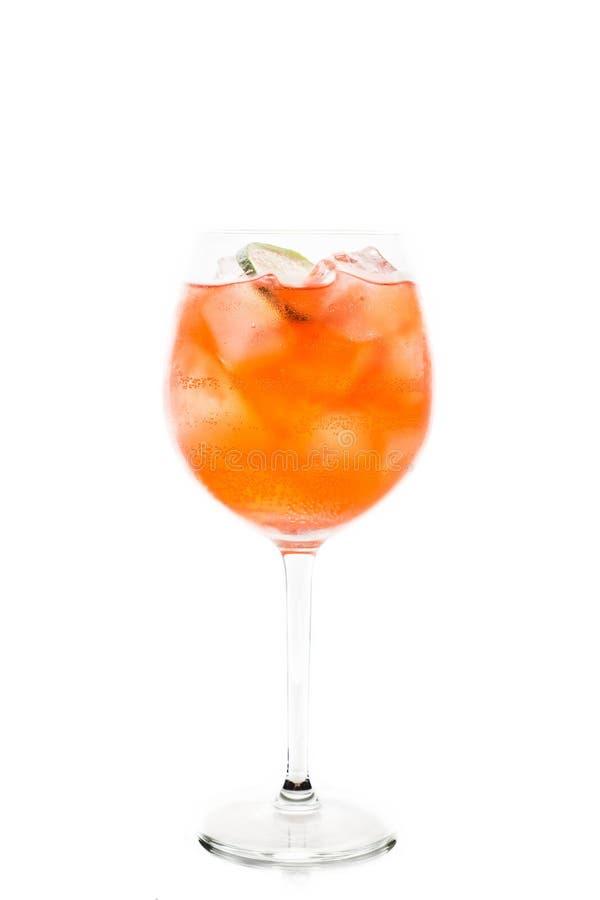 O rum baseou o cocktail vermelho com cal no vidro de vinho isolado no fundo branco foto de stock