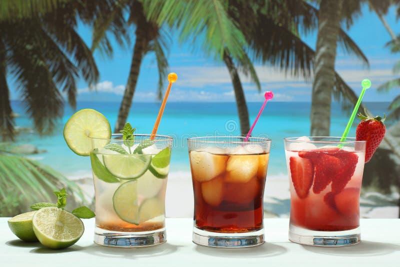 Cocktail alcoólicos com fruto na praia imagens de stock