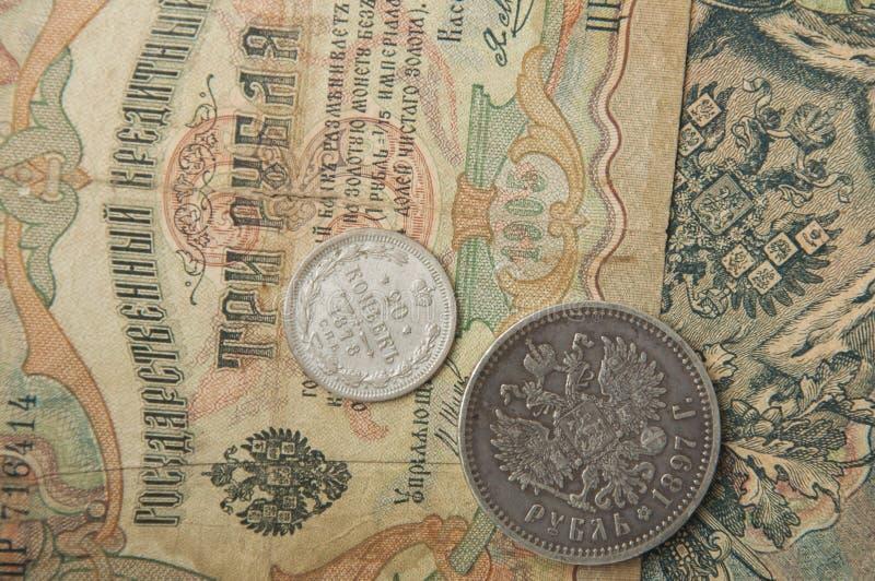 O russo antigo, as moedas de prata e os tempos velhos das cédulas de Tsa imagens de stock royalty free