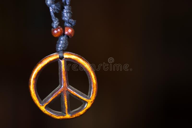 O símbolo de paz de madeira unido às fadas da colar da corda ama não fotos de stock royalty free