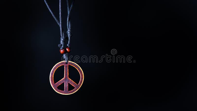 O símbolo de paz de madeira unido às fadas da colar da corda ama não imagem de stock