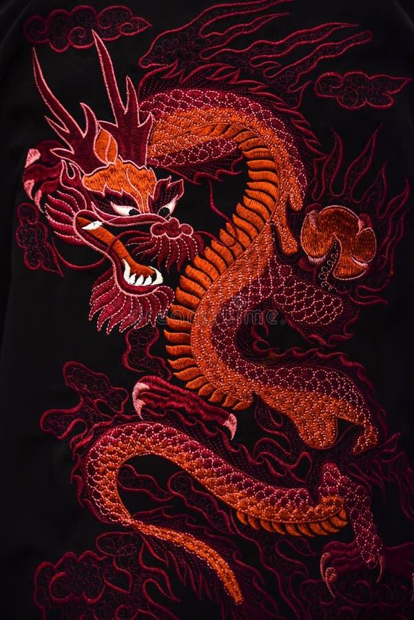 O símbolo tradicional do dragão vermelho de China imagens de stock