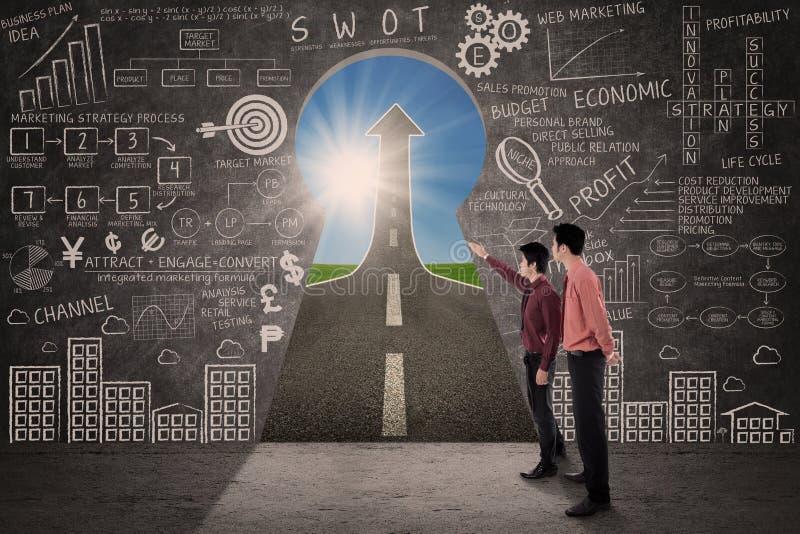 O sócio comercial procura o conceito da estratégia do sucesso de mercado ilustração stock