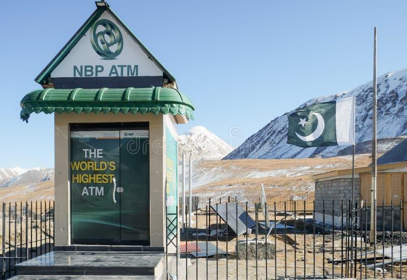 O ` s o ATM o mais alto do mundo na beira de Pak-China fotos de stock royalty free