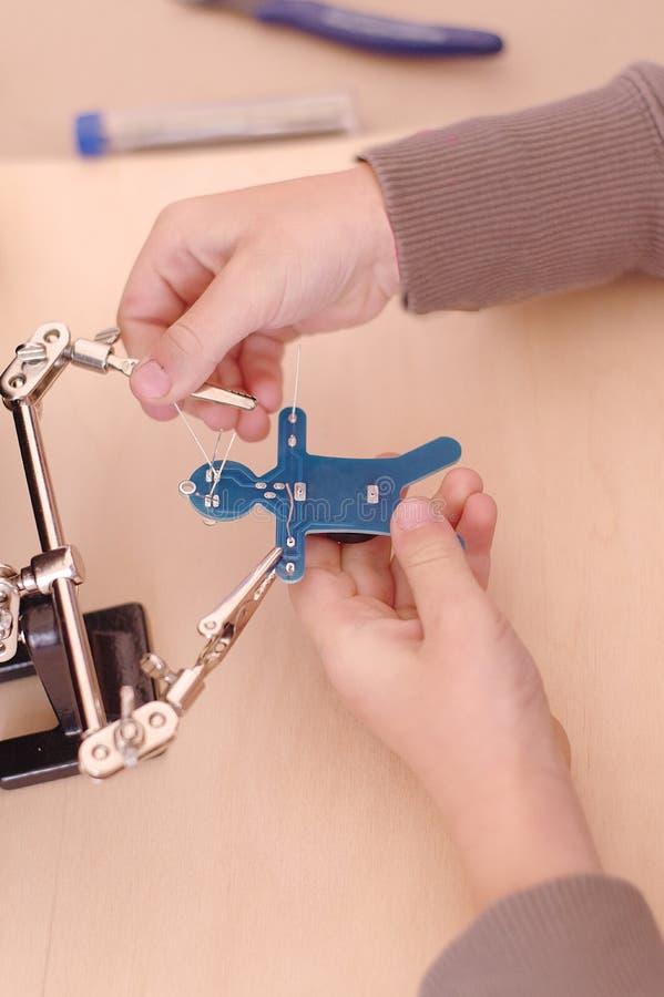 O ` s da criança entrega o microchip dos reparos fotos de stock royalty free