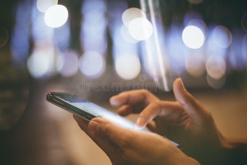 O ` s da mulher de Ásia entrega usando o smartphone, telefone celular com feliz imagens de stock royalty free