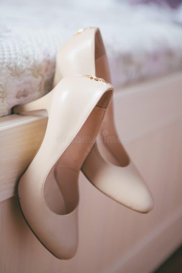 O ` s das mulheres calça o casamento Sapatas bege do ` s das mulheres fotos de stock royalty free